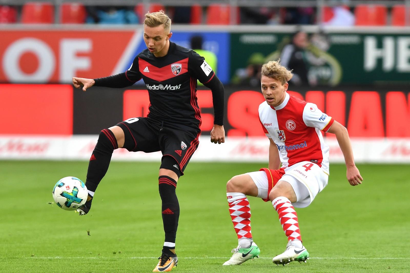 Sonny Kittel vom FC Ingolstadt gegen Julian Schauerte von Fortuna Düsseldorf