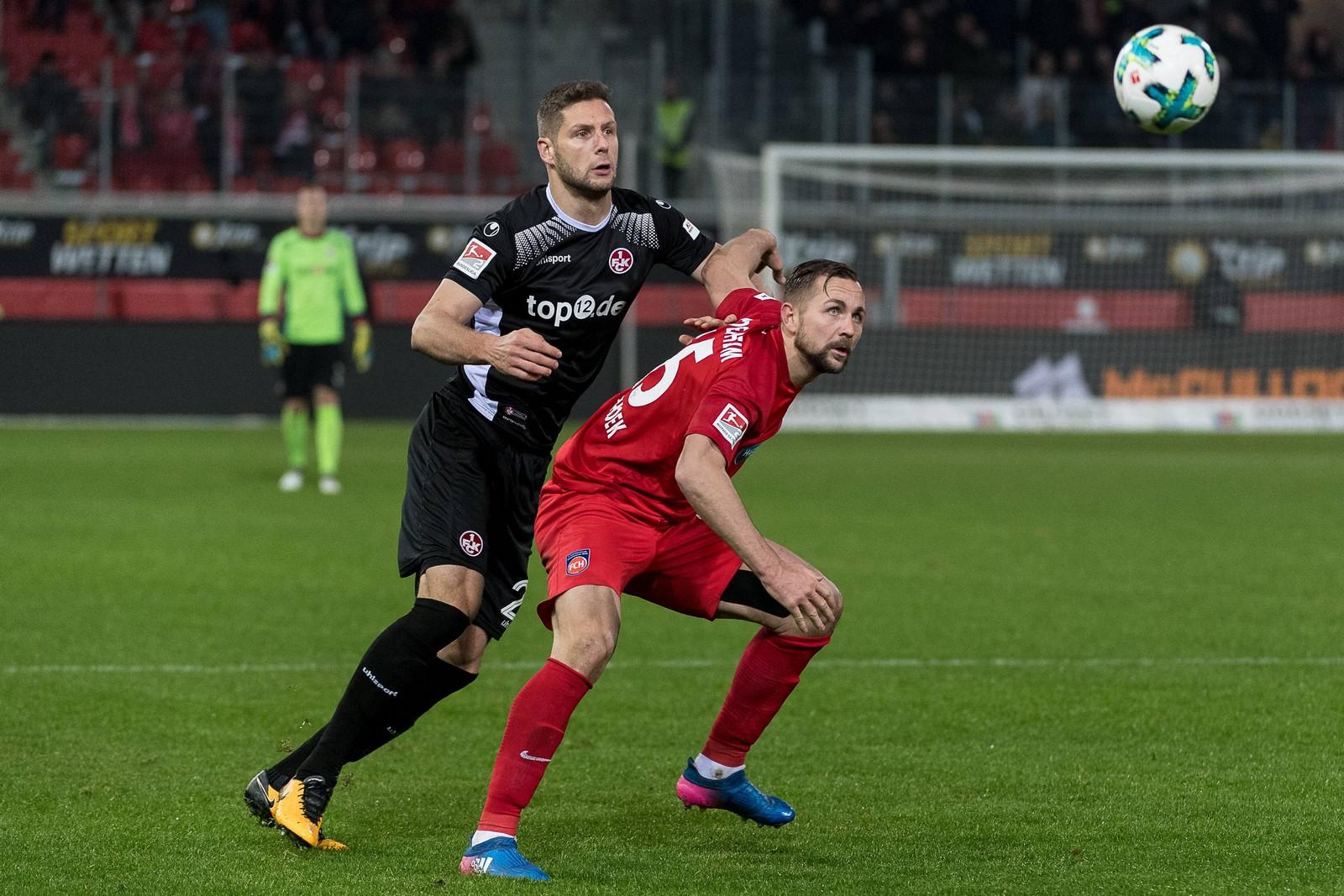 Stipe Vucur vom 1. FC Kaiserslautern gegen John Verhoek vom FC Heidenheim