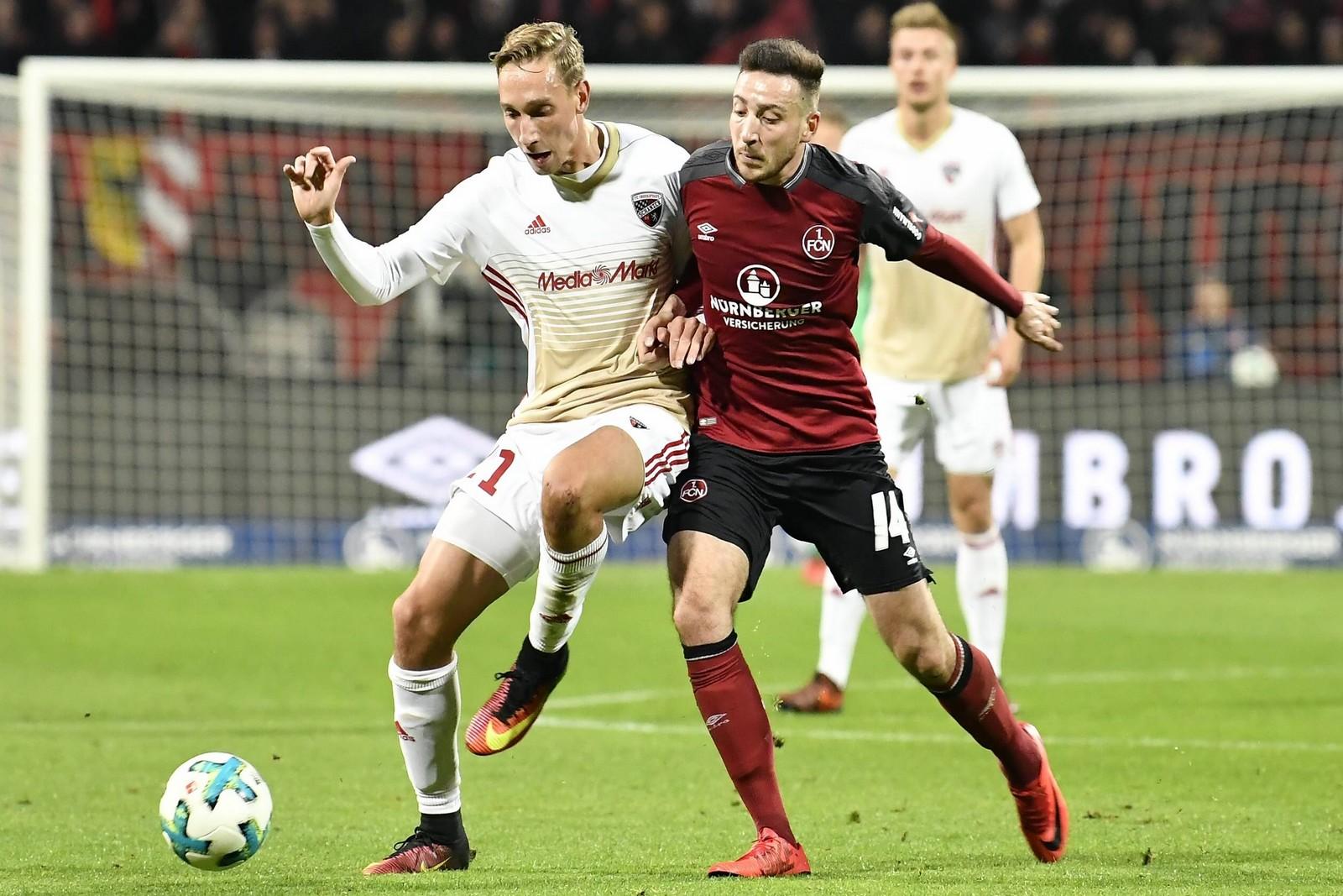 Tobias Schröck vom FC Ingolstadt gegen Kevin Möhwald vom 1. FC Nürnberg