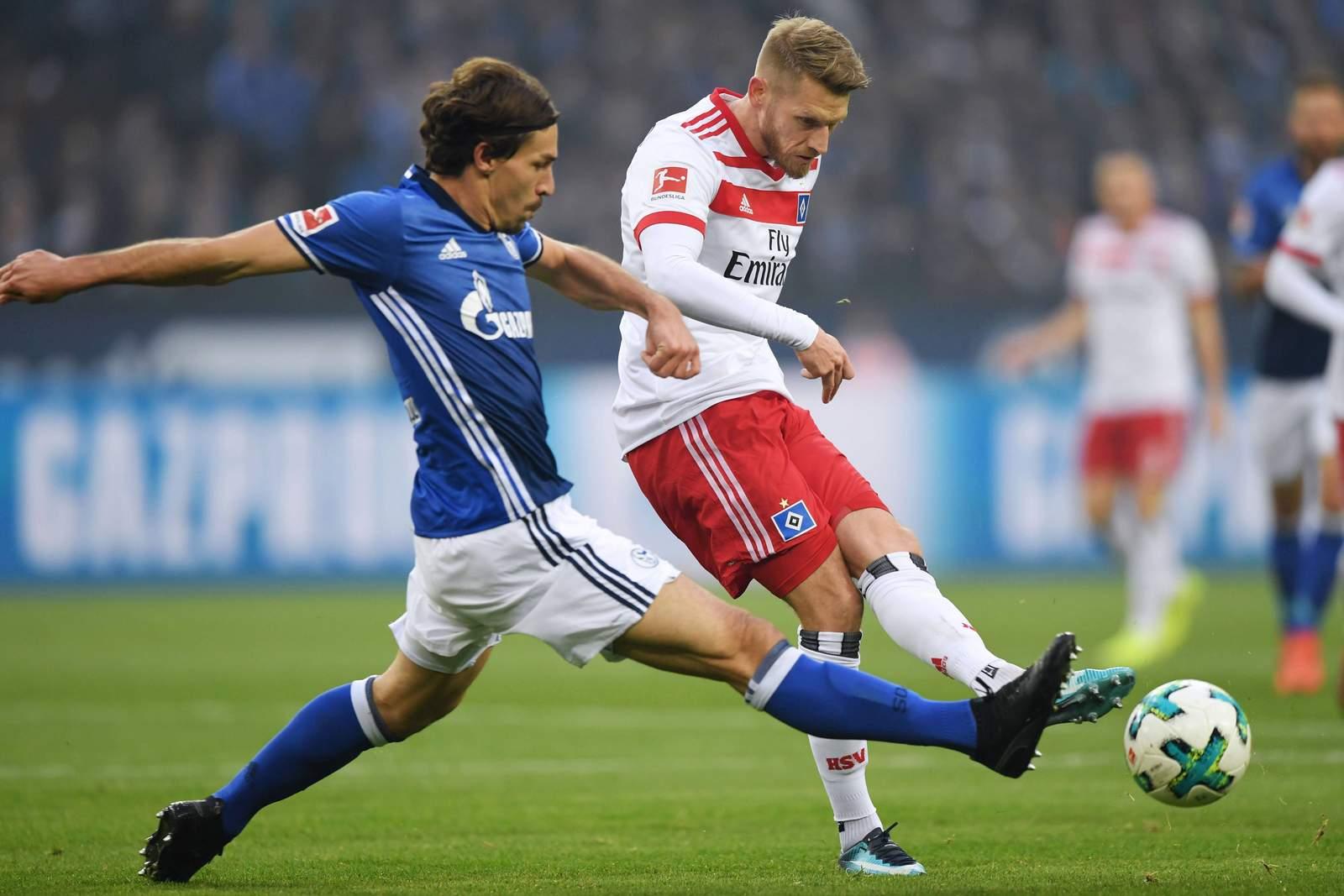 Aaron Hunt spielt den Ball, Benjamin Stambouli will die Kugel noch abfangen. Jetzt auf HSV gegen Schalke wetten.