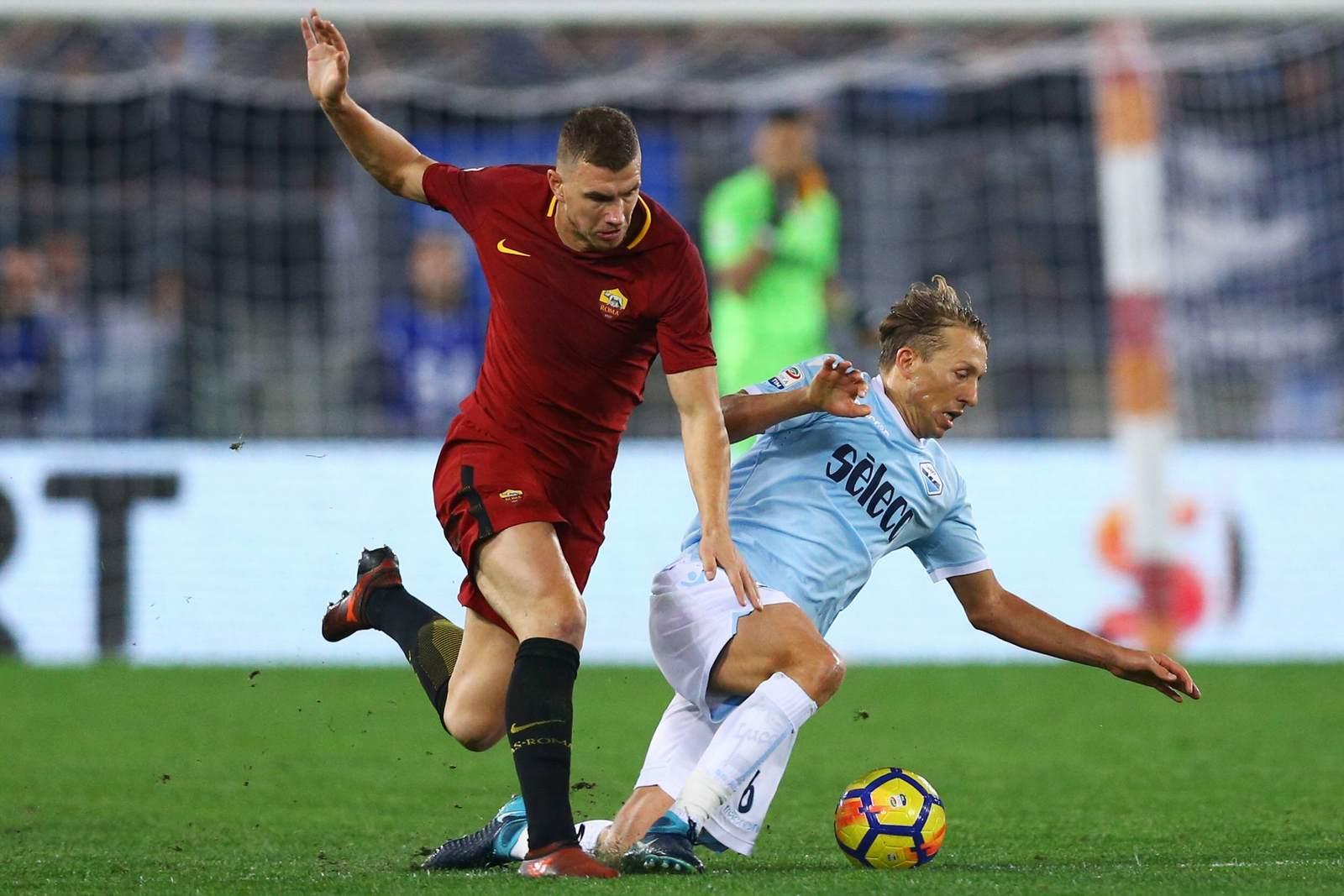 Edin Dzeko gegen Lucas Leiva. Jetzt auf die Partie Lazio vs Roma wetten
