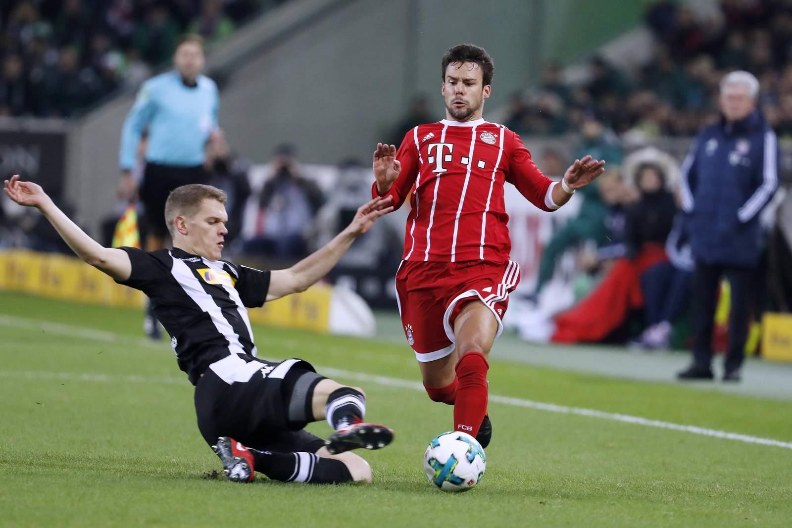 Gladbachs Matthias Ginter grätscht gegen Bayerns Juan Bernat. Jetzt auf Bayern gegen Gladbach wetten!