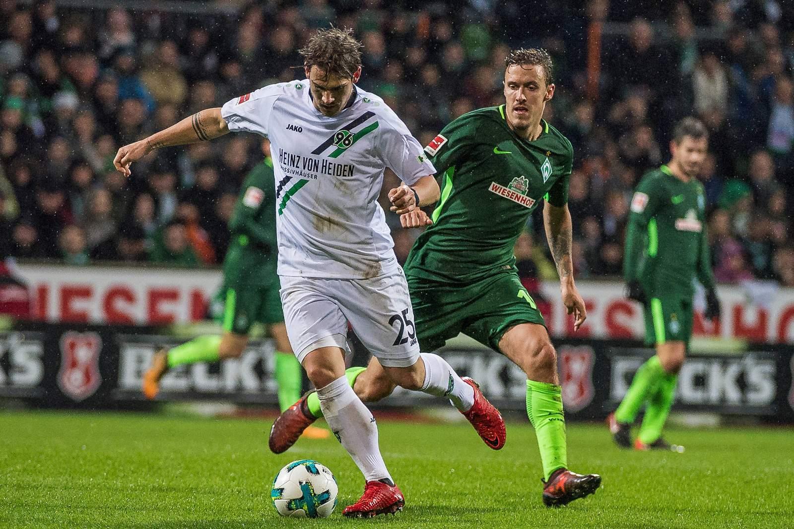 Oliver Sorg und Max Kruse kämpfen um den Ball. Jetzt auf die Partie Hannover gegen Bremen wetten.