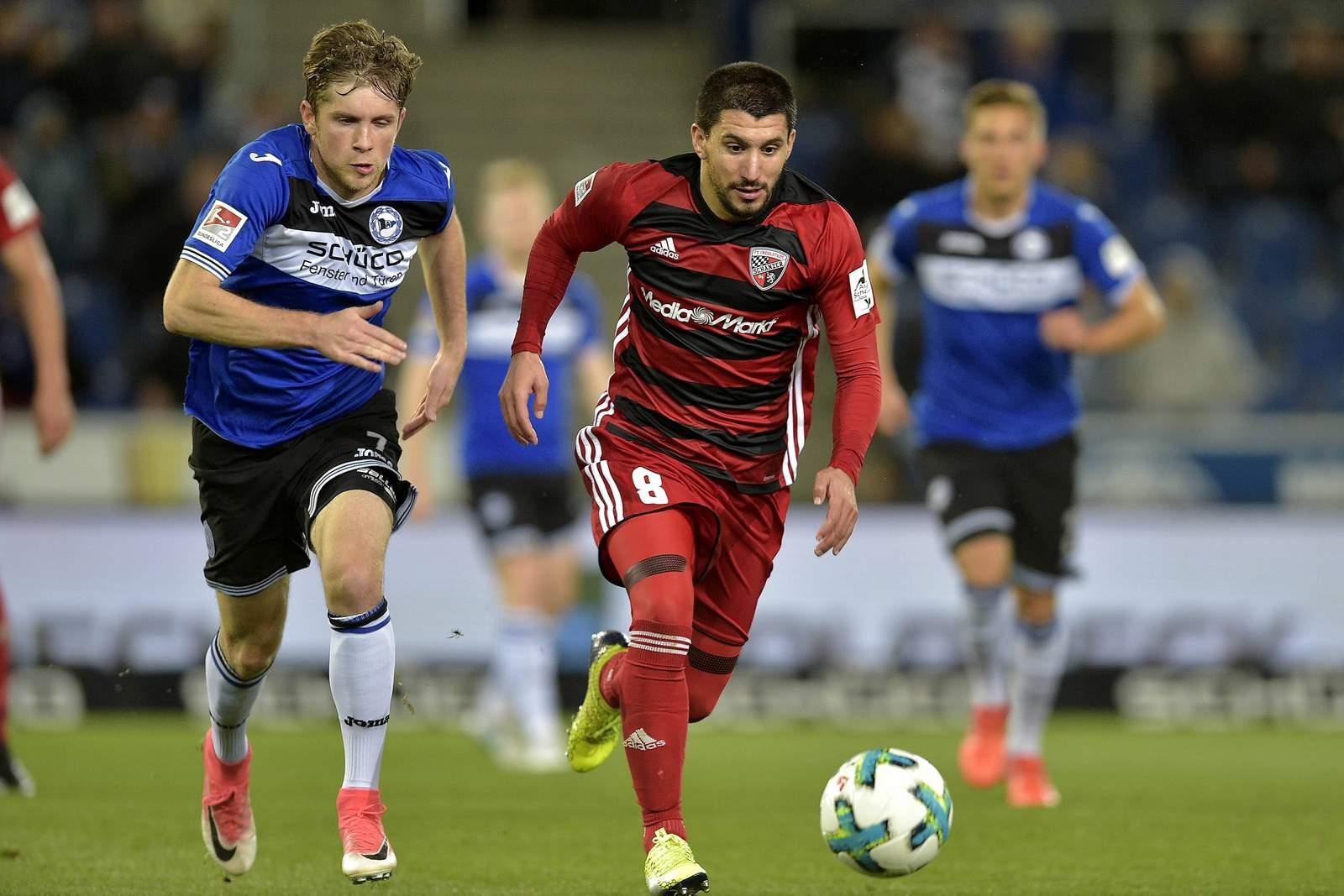 Arminias Patrick Weihrauch und Ingolstadts Almog Cohen jagen dem Bal nach. Jetzt auf Bielefeld gegen Ingolstadt wetten.