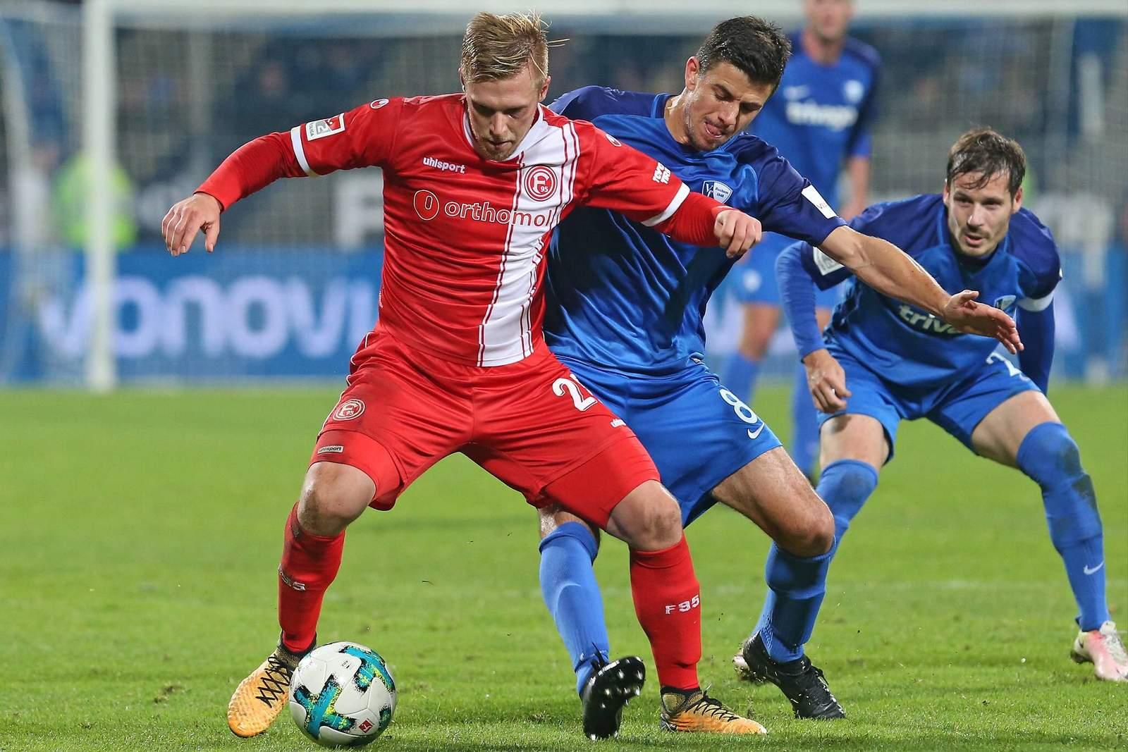 Rouwen Hennings im Zweikampf mit Bochums Anthony Losilla. Jetzt auf Düsseldorf gegen Bochum wetten.