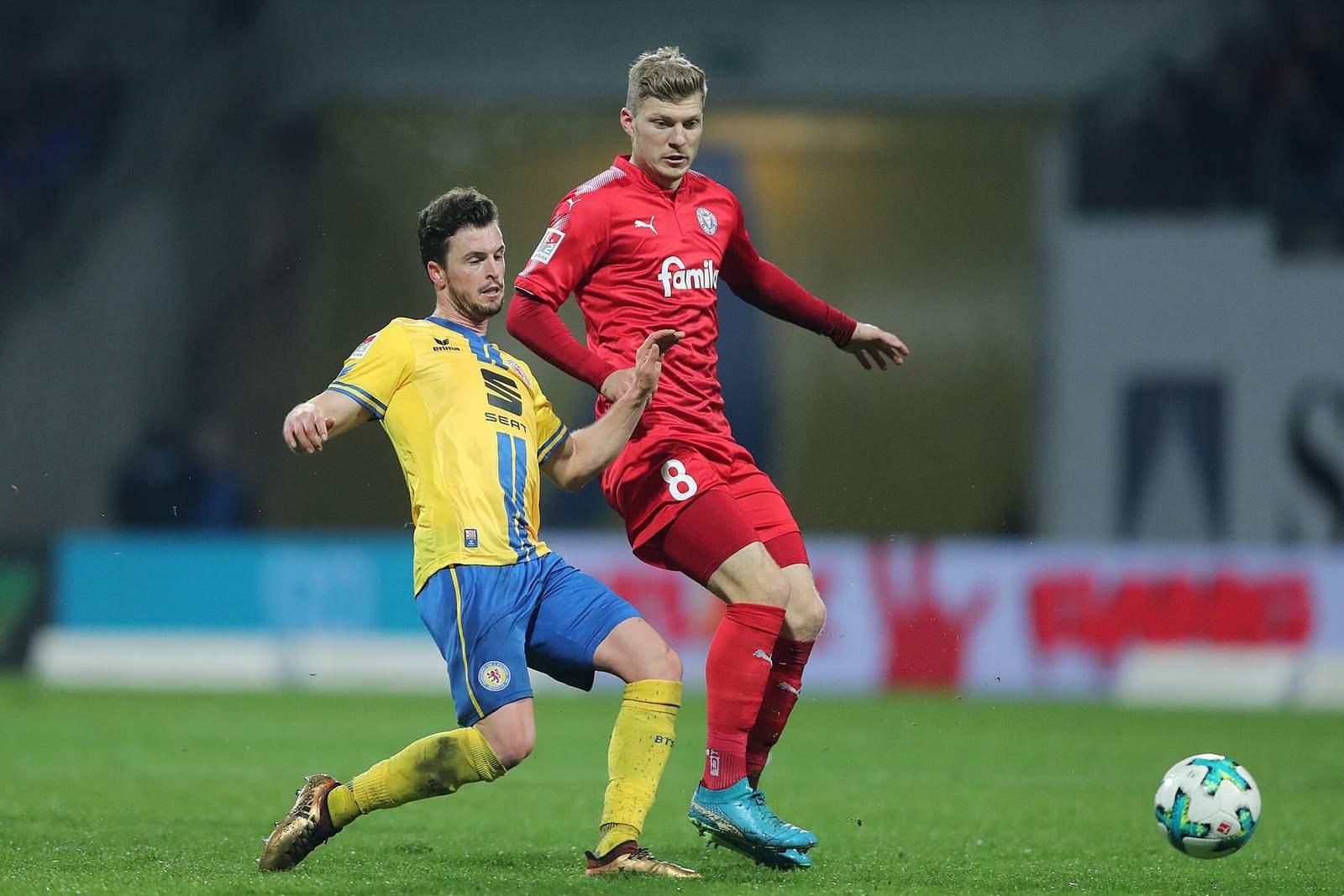Alexander Mühling im Duell mit Quirin Moll. Jetzt auf Kiel gegen Braunschweig wetten.