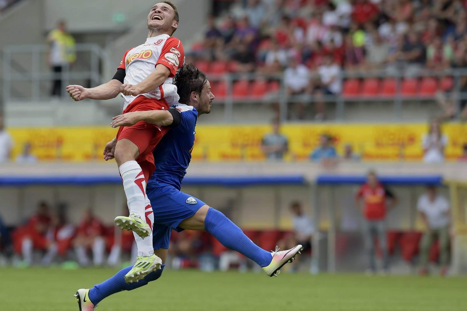 Andreas Geipl im Duell mit Stefano Celozzi. Jetzt auf Bochum gegen Regensburg wetten.