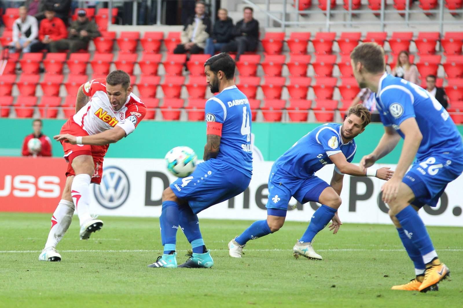 Marco Grüttner beim Torschuss gegen Darmstadt 98
