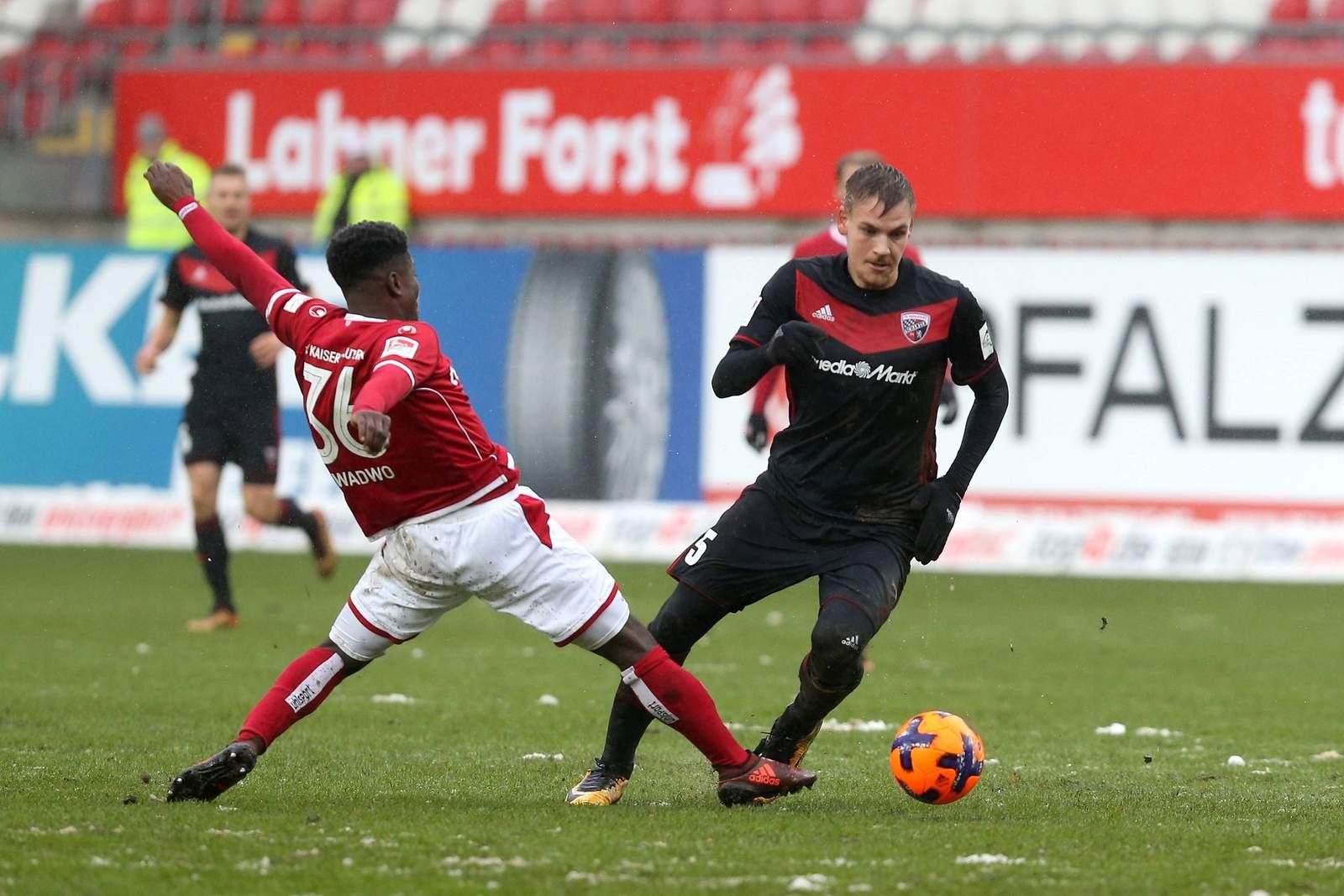 Max Christiansen behauptet den Ball gegen Manfred Osei Kwadwo. Jetzt auf Ingolstadt gegen Kaiserslautern wetten.