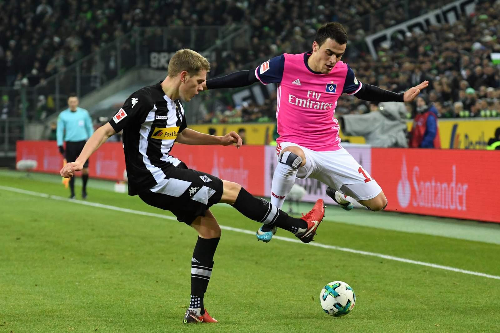Matthias Ginter klärt gegen Filip Kostic. Jetzt auf HSV gegen Gladbach wetten.