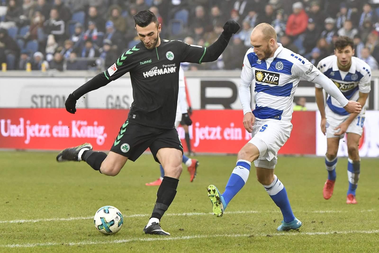 Serdar Dursun von Greuther Fürth gegen Gerrit Nauber vom MSV Duisburg