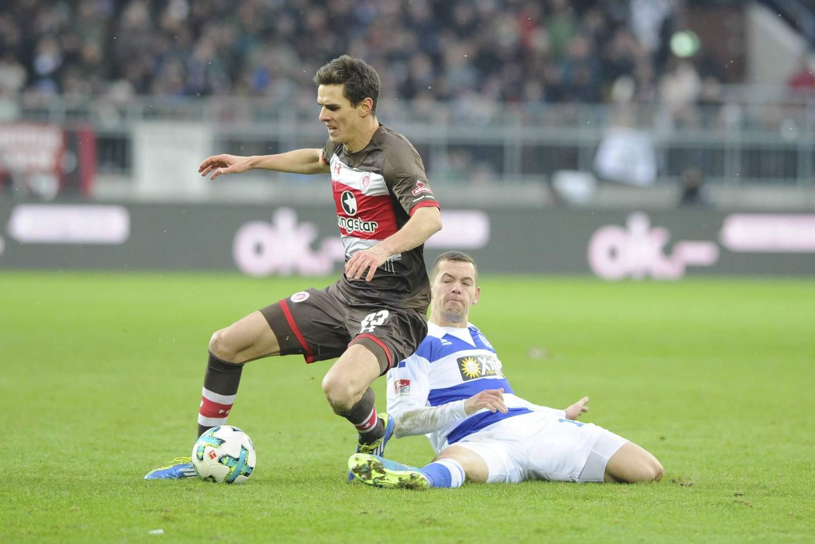 Stanislav Iljutchenko grätscht gegen Johannes Flum. Jetzt auf Duisburg gegen St. Pauli wetten.