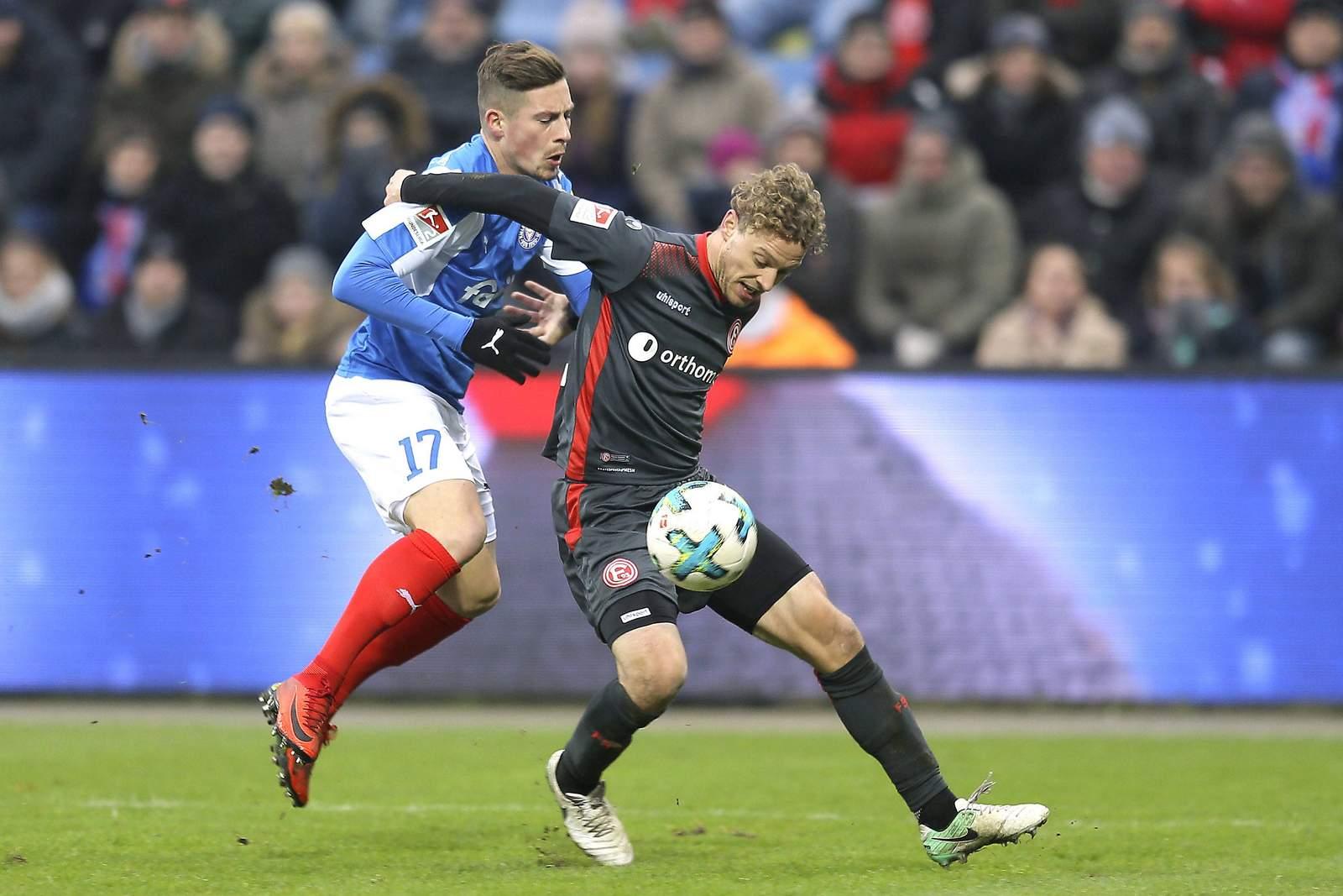 Julian Schauerte von Fortuna Düsseldorf gegen Steven Lewerenz von Holstein Kiel