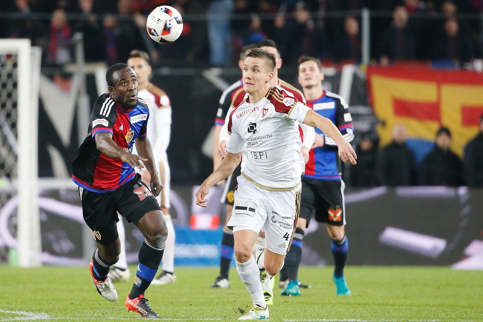 Thomas Konrad vom FC Vaduz gegen Seydou Doumbia vom FC Basel.
