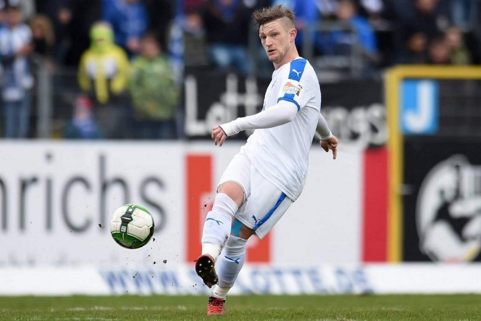 André Dej am Ball in der 3. Liga