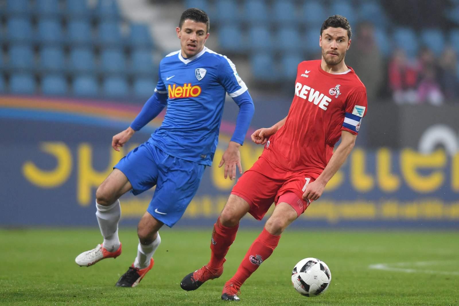 Anthony Losilla bedrängt Jonas Hector. Jetzt auf Bochum gegen Köln wetten.