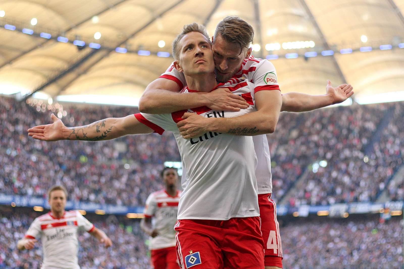 Lewis Holtby und Aaron Hunt feiern ein Tor für den HSV
