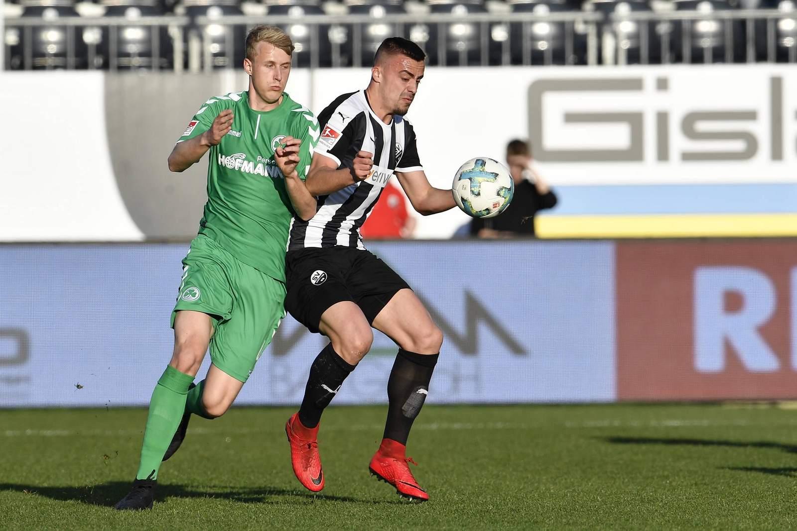 Lukas Gugganig bedrängt Philipp Förster. Jetzt auf Fürth gegen Sandhausen wetten.