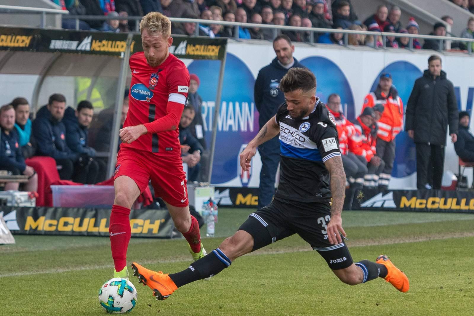 Marc Schnatterer wird von Keanu Staude attackiert. Jetzt auf Heidenheim gegen Bielefeld wetten.