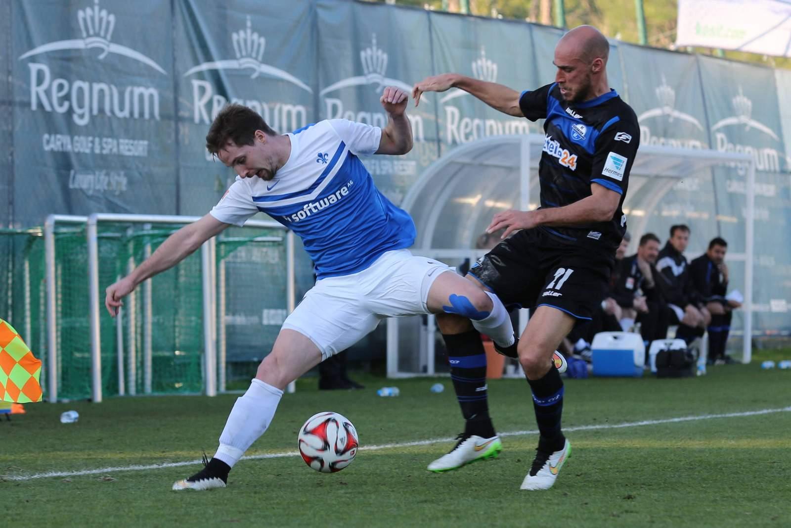 Sandro Sirigu behauptet den Ball. Jetzt auf Darmstadt gegen Paderborn wetten.