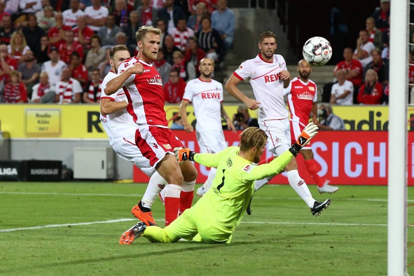 Sebastian Andersson bringt den Ball gegen Timo Horn im Netz unter.