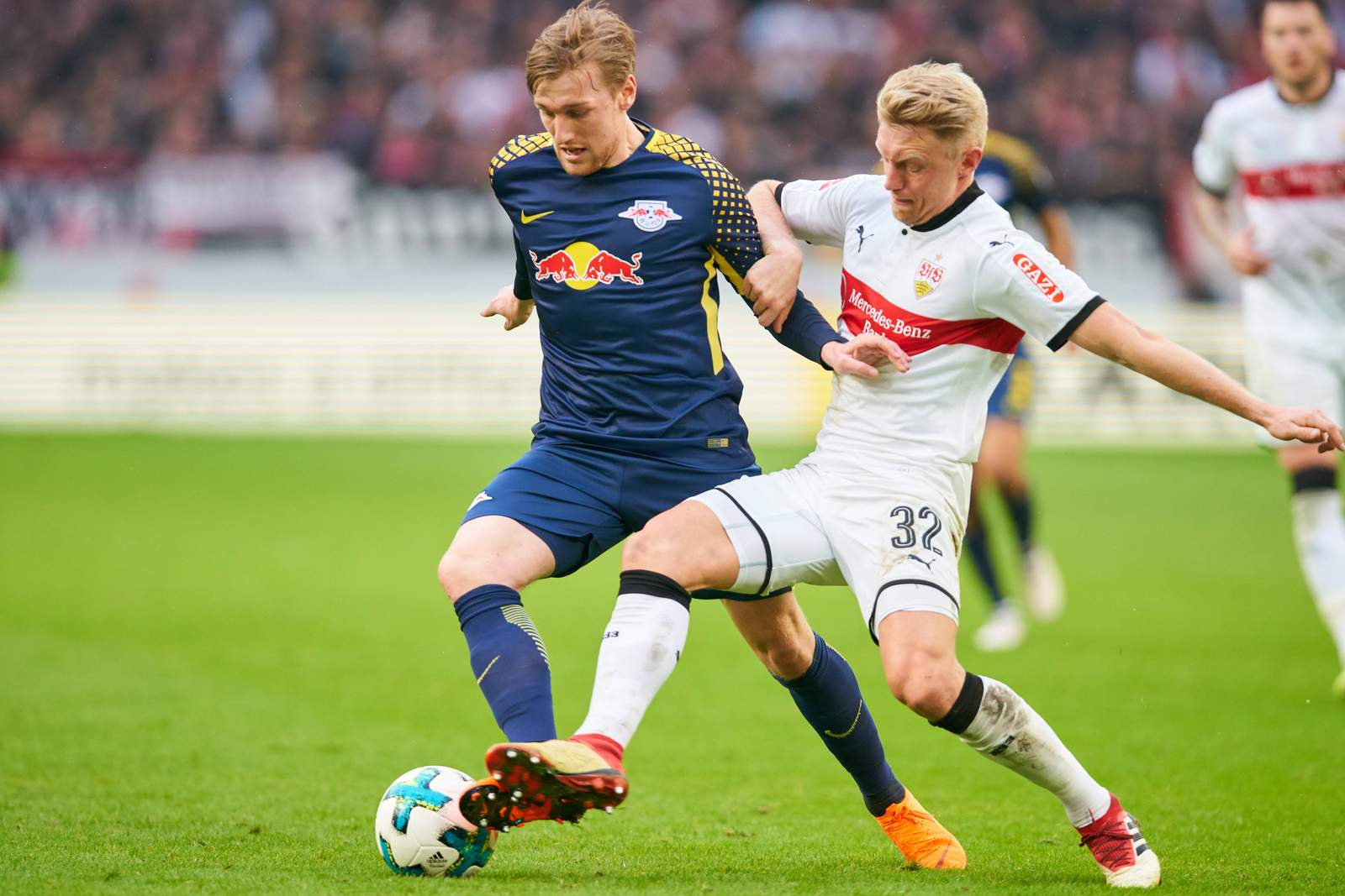 Andreas Beck beim VfB Stuttgart im zweikampf mit Emil Forsberg von RB leipzig