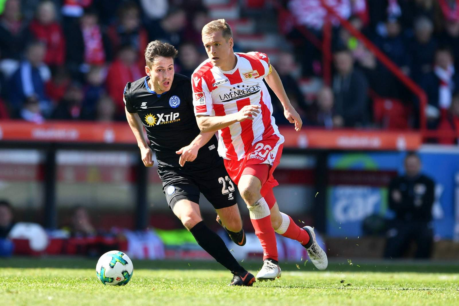 Felix Kroos im Laufduell mit Fabian Schnellhardt. Jetzt auf Union Berlin gegen MSV Duisburg wetten.