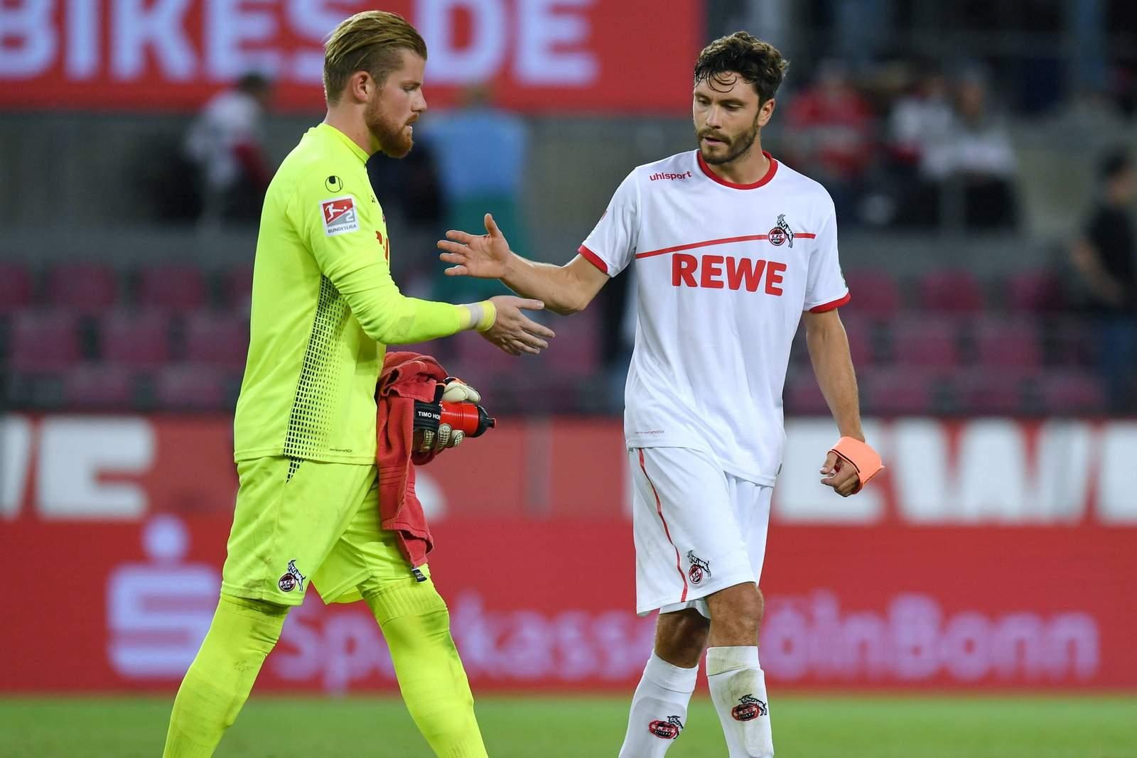 Timo Horn und Jonas Hector klatschen nach Spiel des 1.FC Köln ab