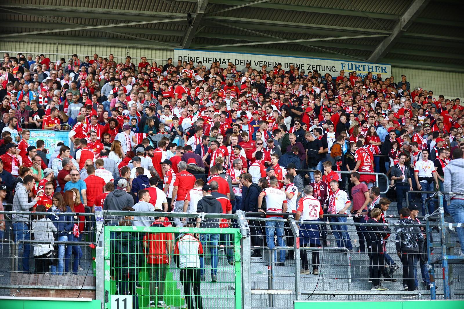 Regensburger Fans im Stadion von Greuther Fürth