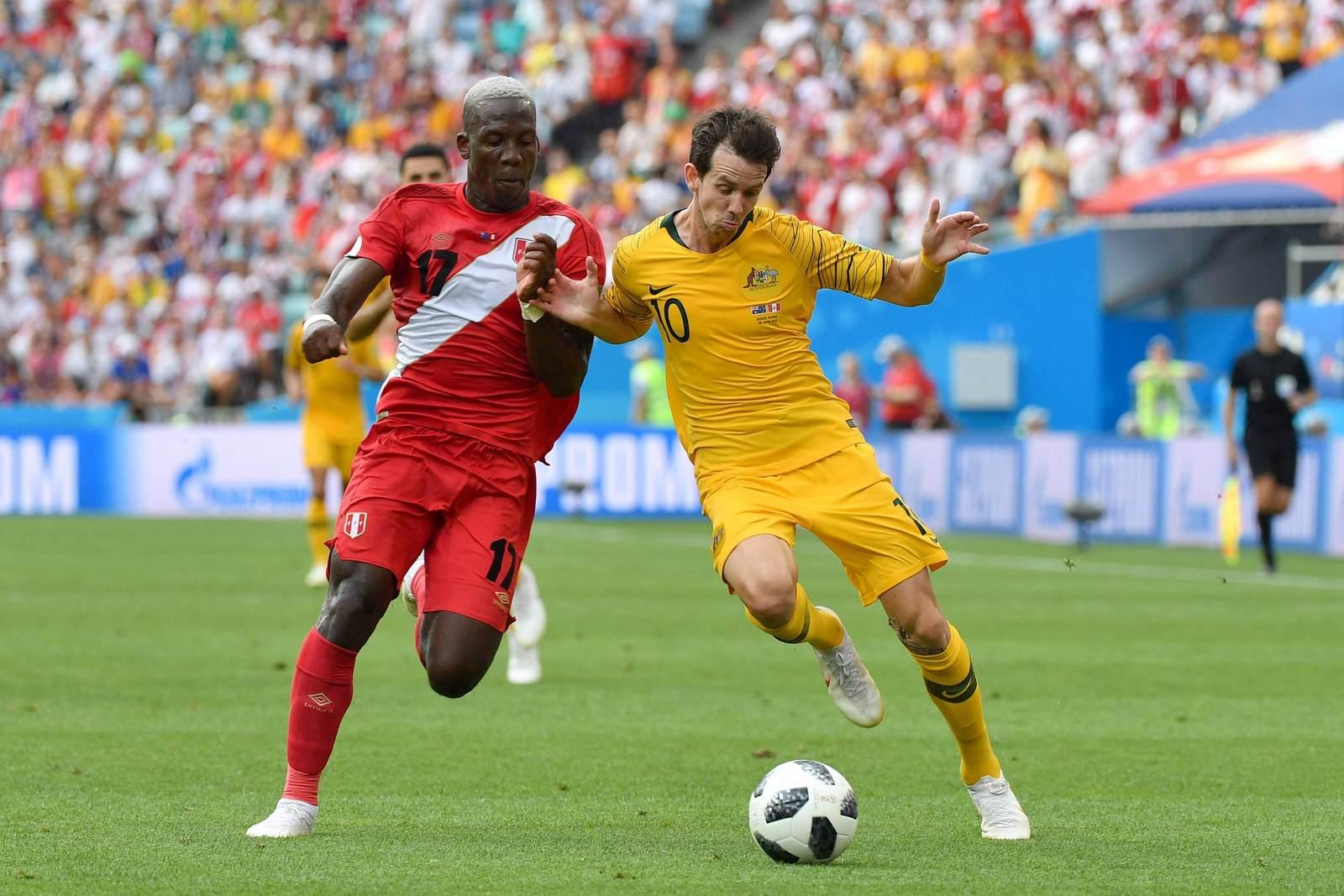 Robbi Kruse für Australien im Zweikampf mit Perus Luis Advincula
