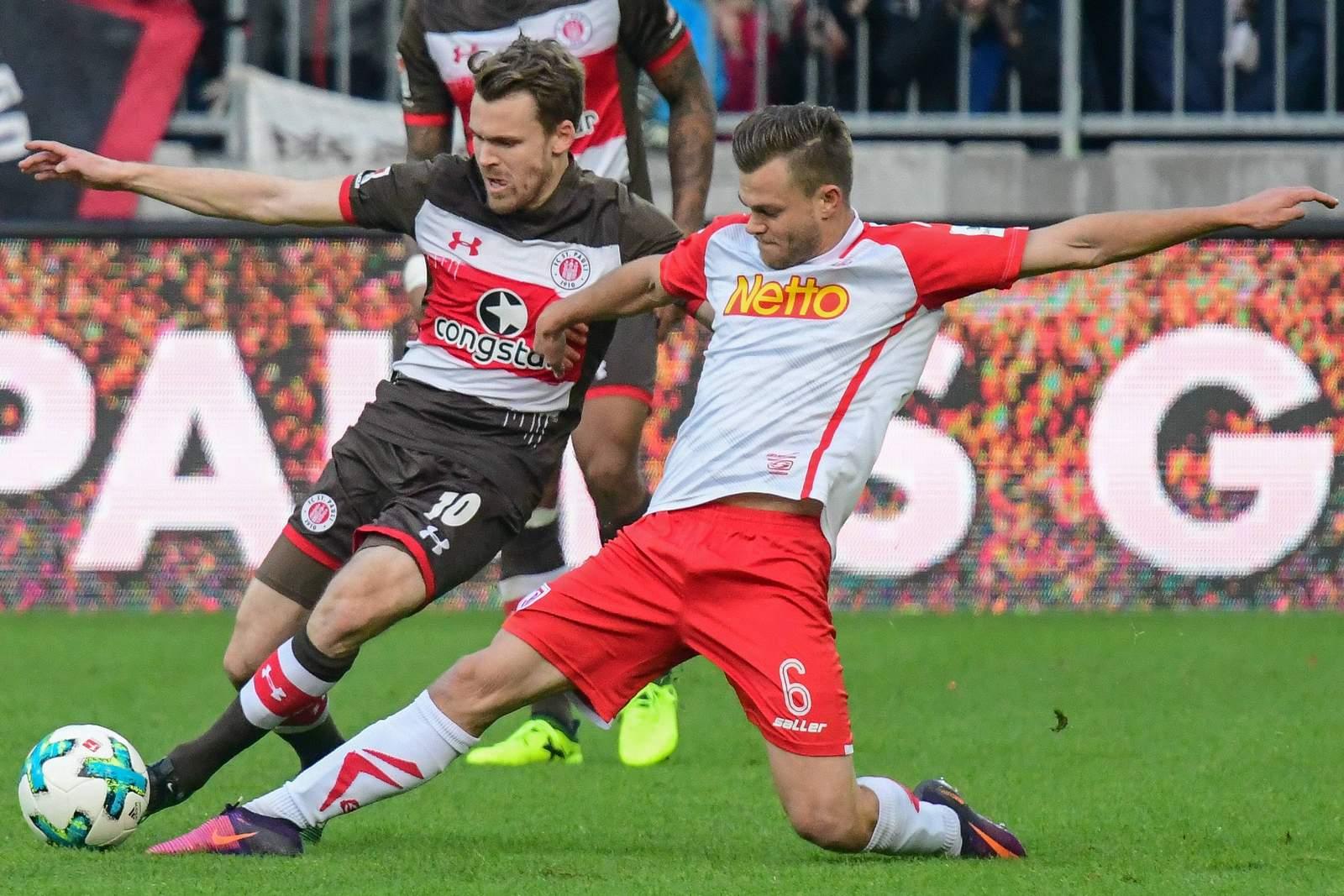 Ist Benedikt Saller im Zweikamof mit Christopher Buchtmann den einen Schritt schneller am Ball? Jetzt auf Regensburg gegen St. Pauli wetten.