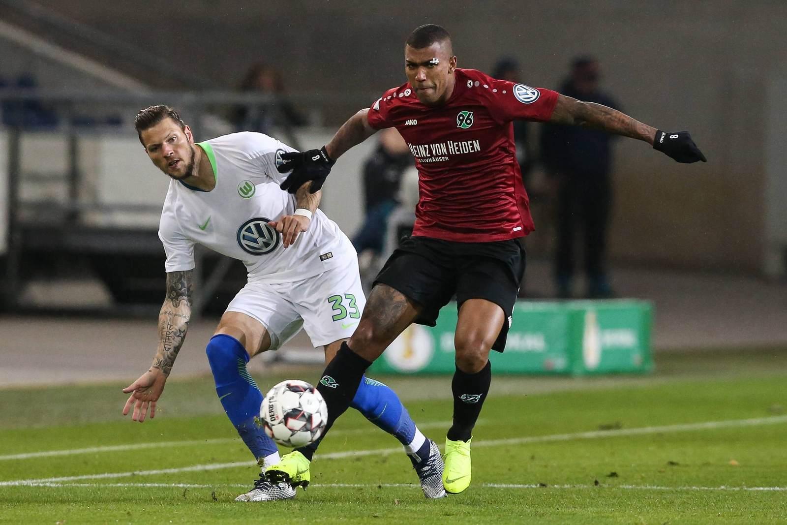 Daniel Ginczek im Duell mit Walace. Jetzt auf Hannover gegen Wolfsburg wetten