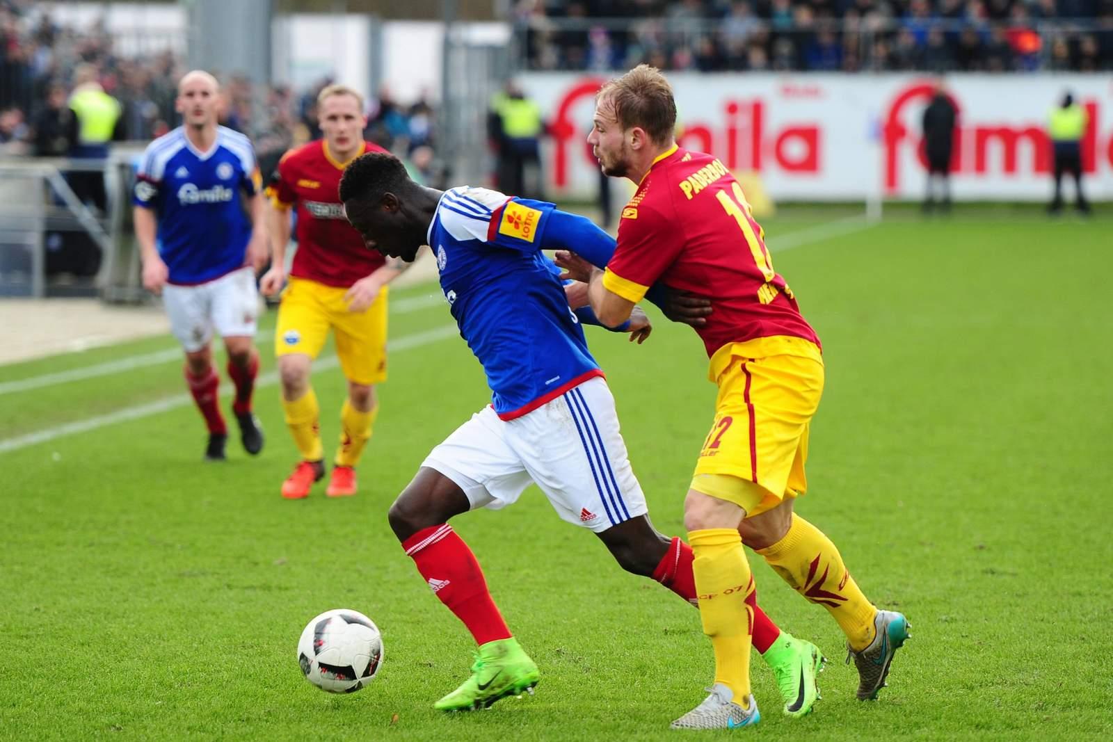 Kann sich Kingsley Schindler im Duell mit Felix Herzenbruch behaupten? Jetzt auf Paderborn gegen Kiel wetten.