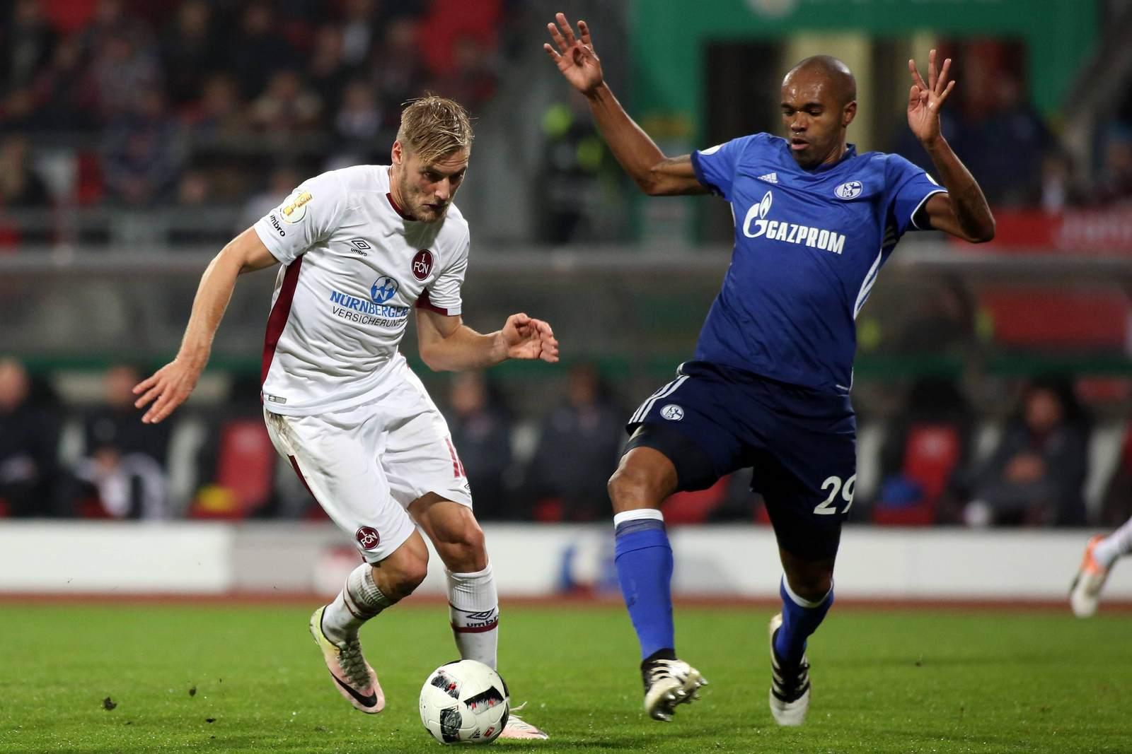 Hanno Behrens im Duelle mit Naldo. Jetzt auf die Partie Schalke gegen Nürnberg wetten