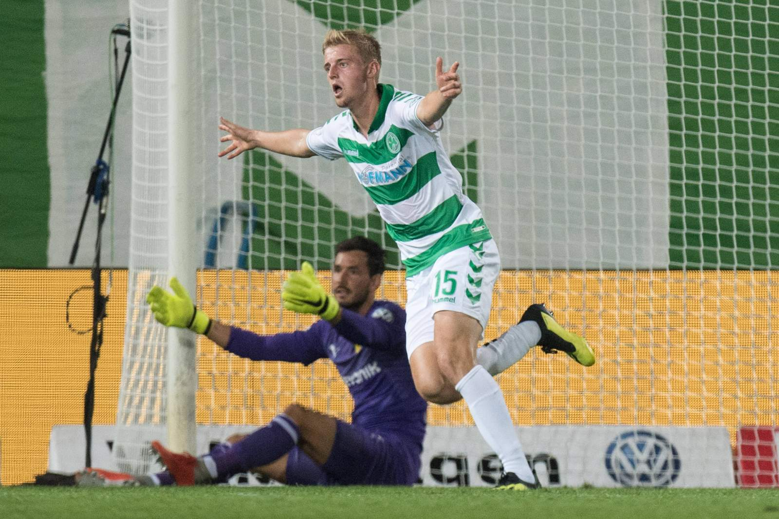 Sebastian Ernst bejubelt das 1:0 gegen Borussia Dortmund.
