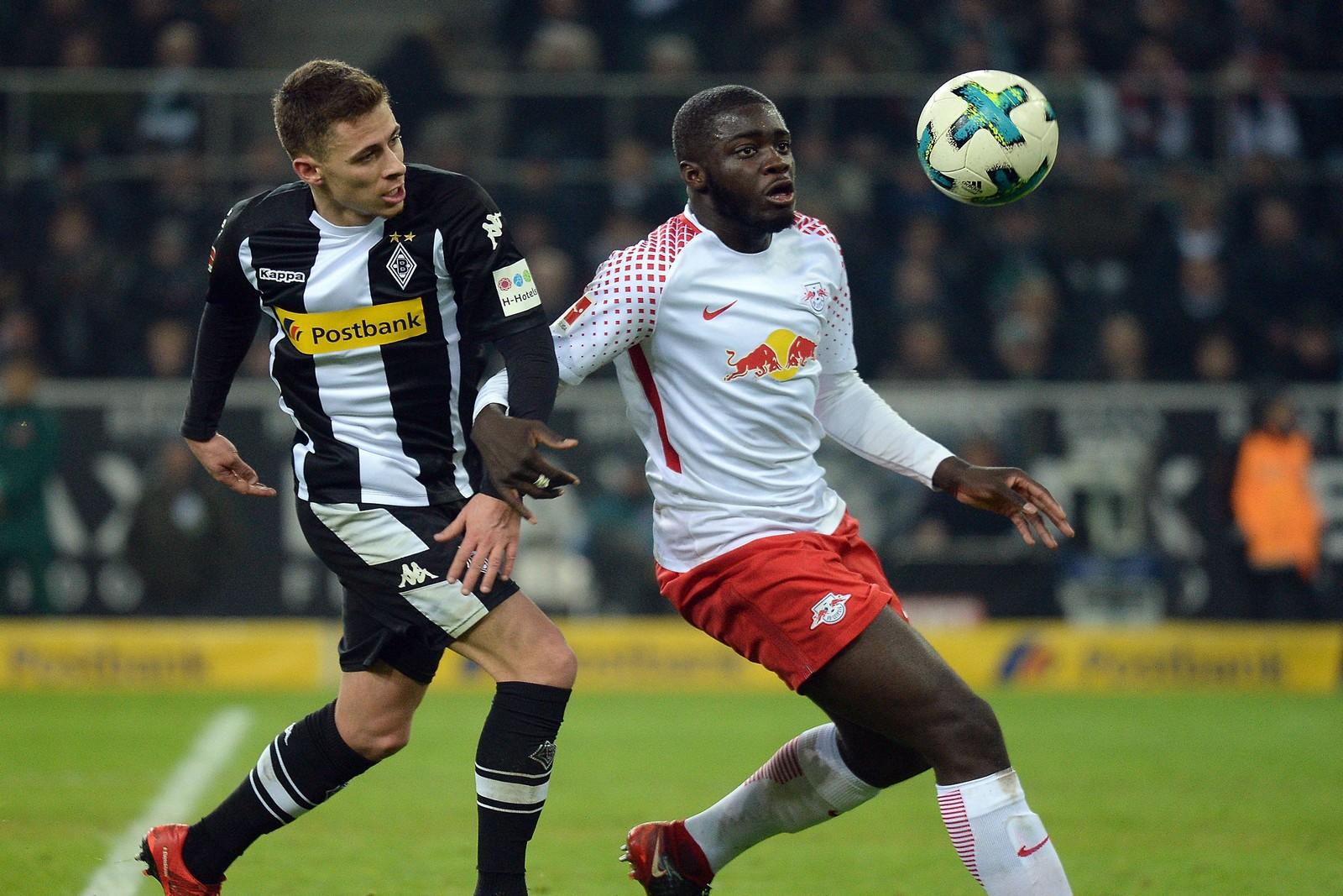 Dayot Upamecano (r.) schirmt den Ball vor Thorgan Hazard ab. Jetzt auf Leipzig vs Gladbach wetten.