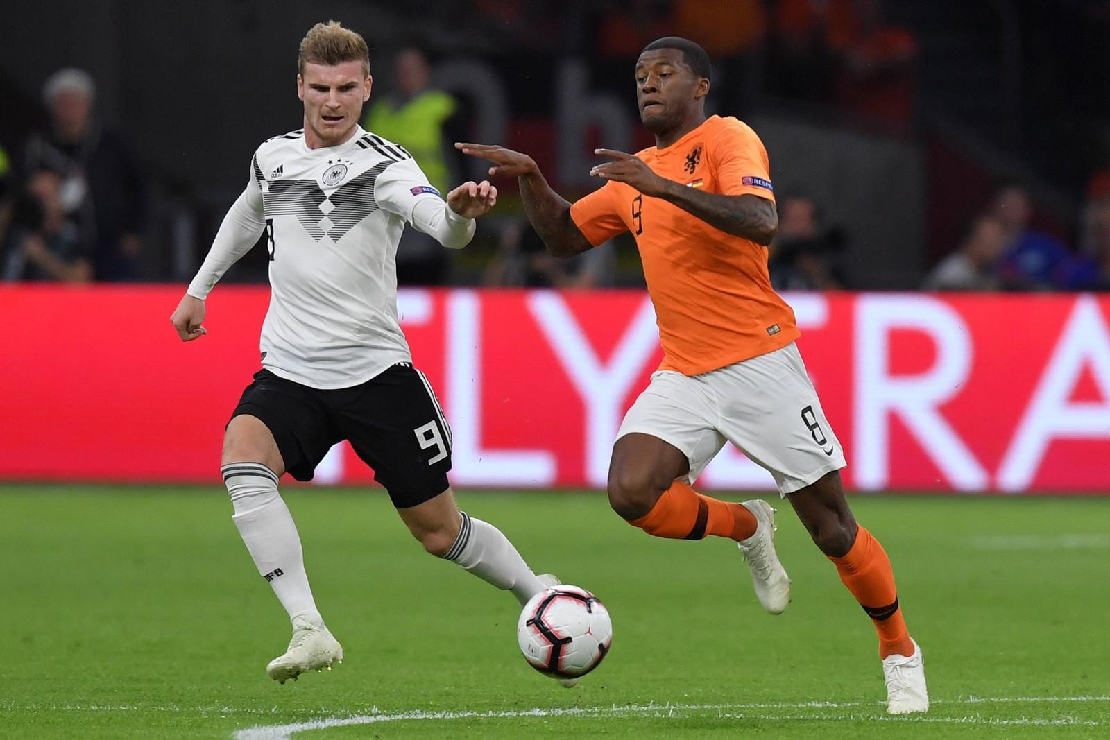 Timo Werner (l.) im Laufduell mit Georginio Wijnaldum + Jetzt auf Deutschland vs Niederlande wetten