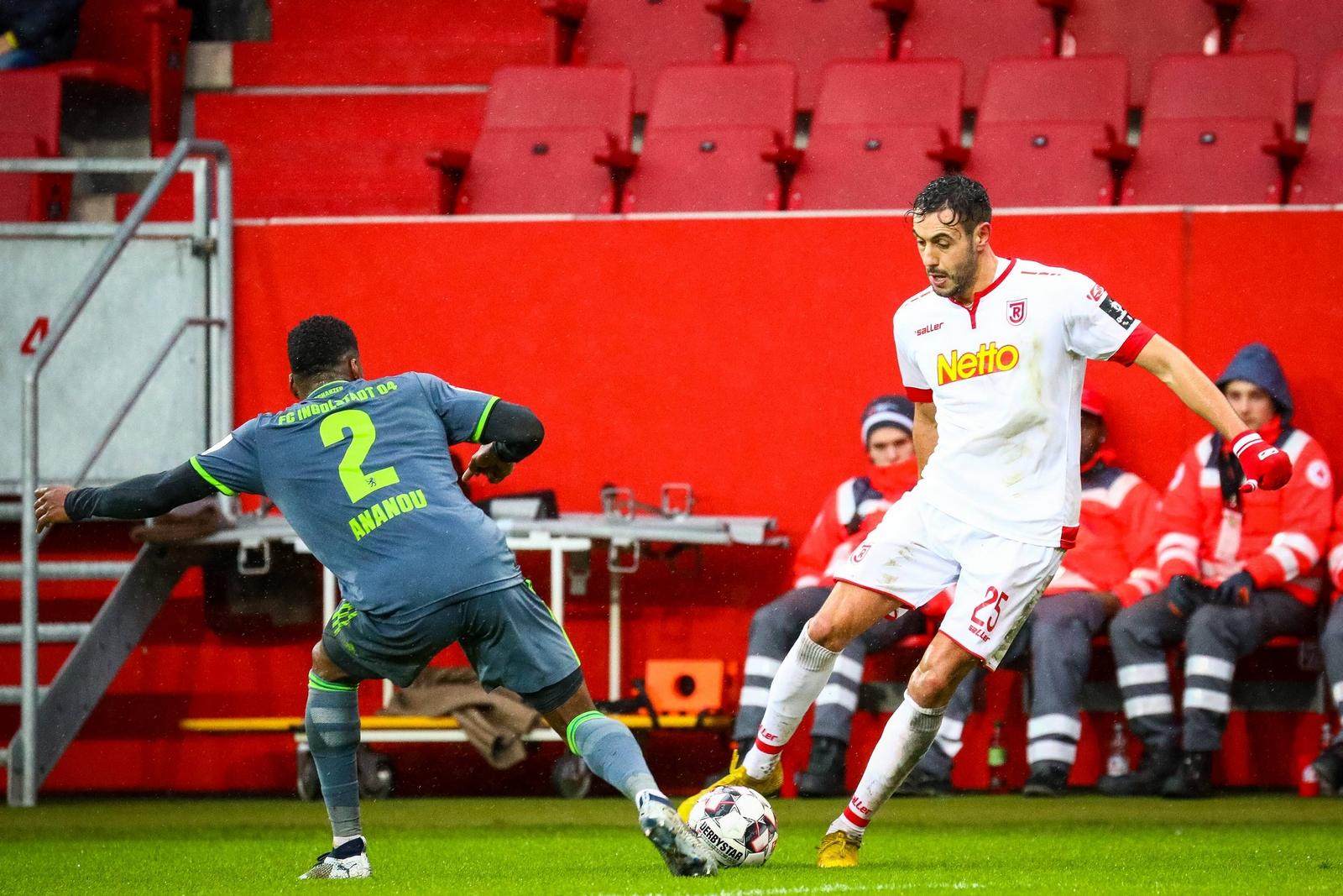 Hamadi Al Ghaddioui im Duell mit Ingolstadts Frederic Ananou