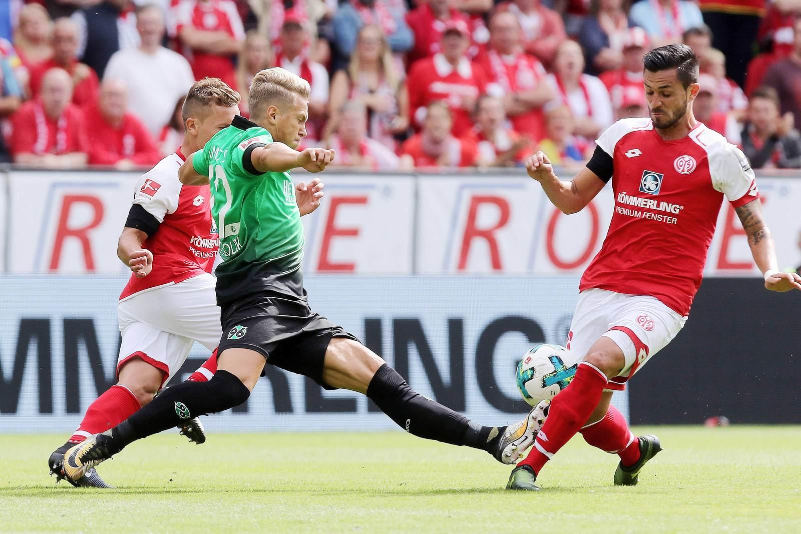 Matthias Ostrzolek im Duell mit Danny Latza. Jetzt auf Mainz vs Hannover wetten