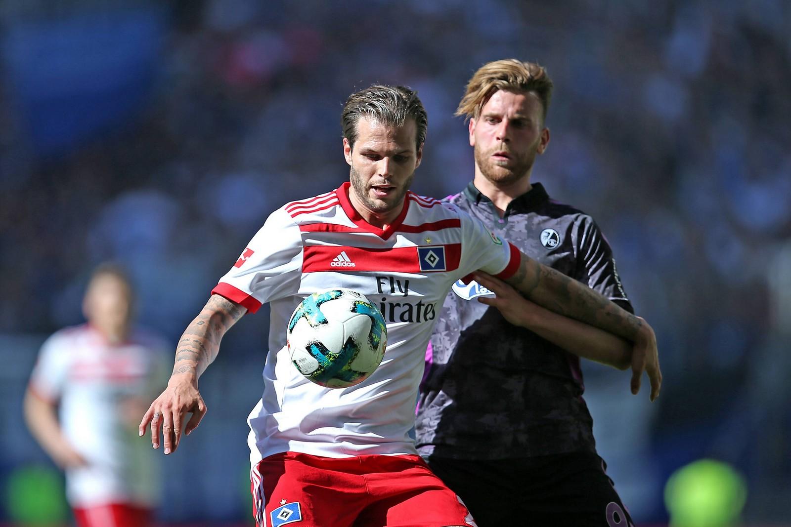 Dennis Diekmeier (v.) im Zweikampf mit Lucas Höler.