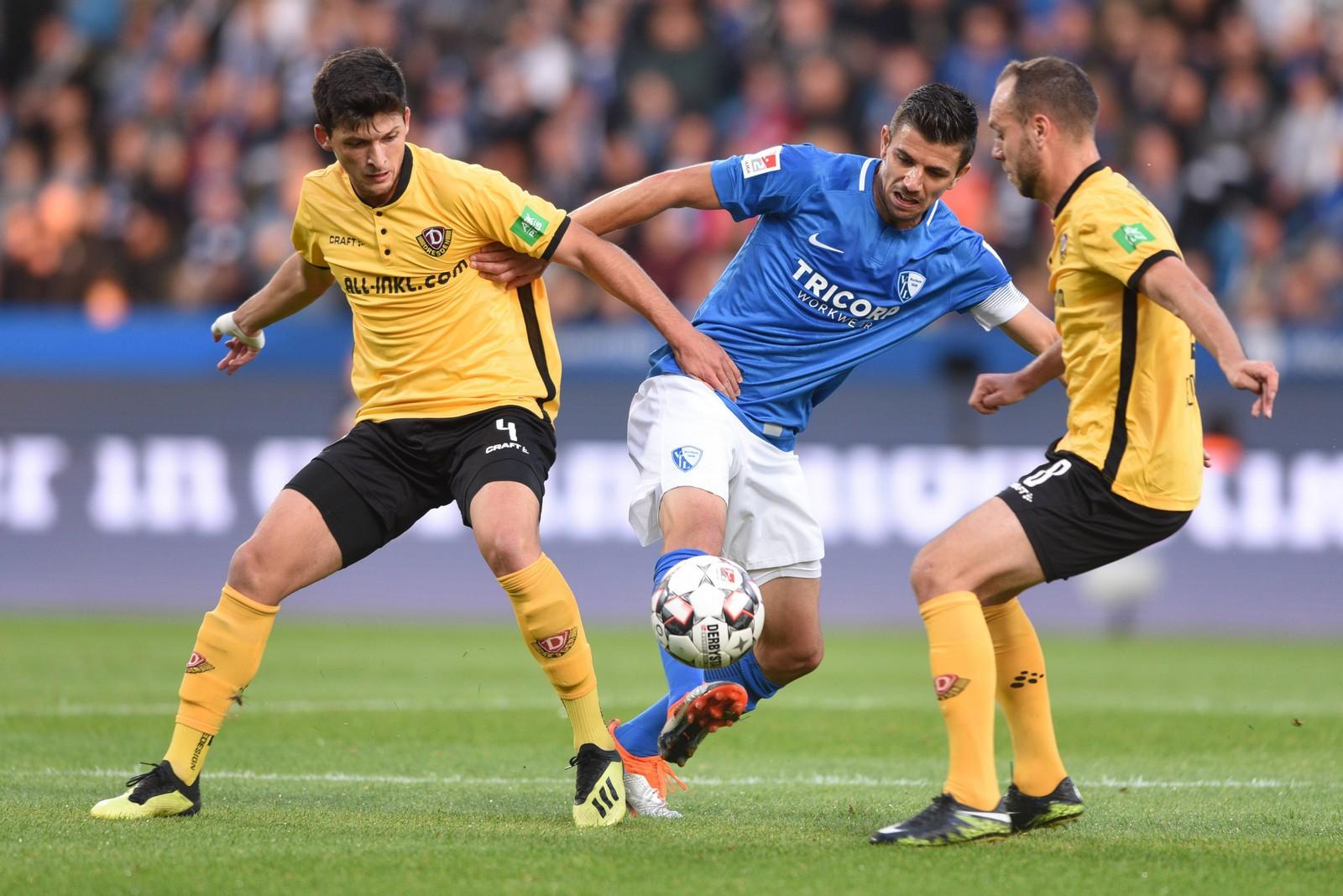 Jannis Nikolaou von Dynamo Dresden gegen Anthony Losilla vom VfL Bochum
