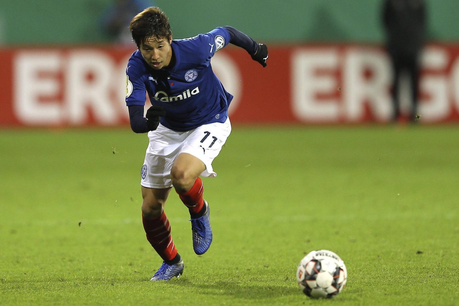Masaya Okugawa am Ball für Holstein Kiel