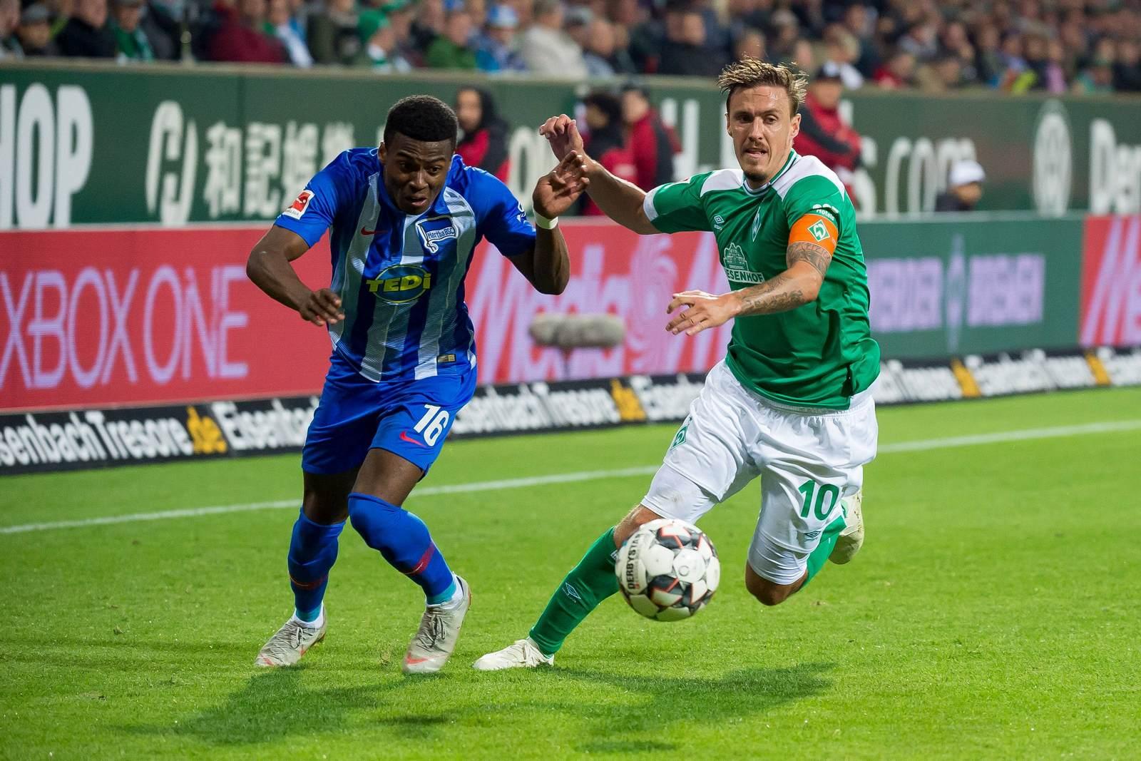 Javairo Dilrosun im Duell mit Max Kruse. Jetzt auf die Partie Hertha BSC vs Werder Bremen wetten