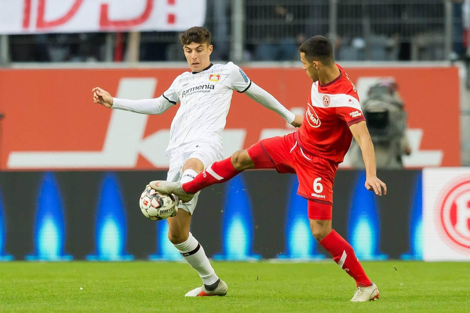 Kai Havertz im Zweikampf mit Alfredo Morales. Jetzt auf die Partie Leverkusen gegen Düsseldorf wetten.