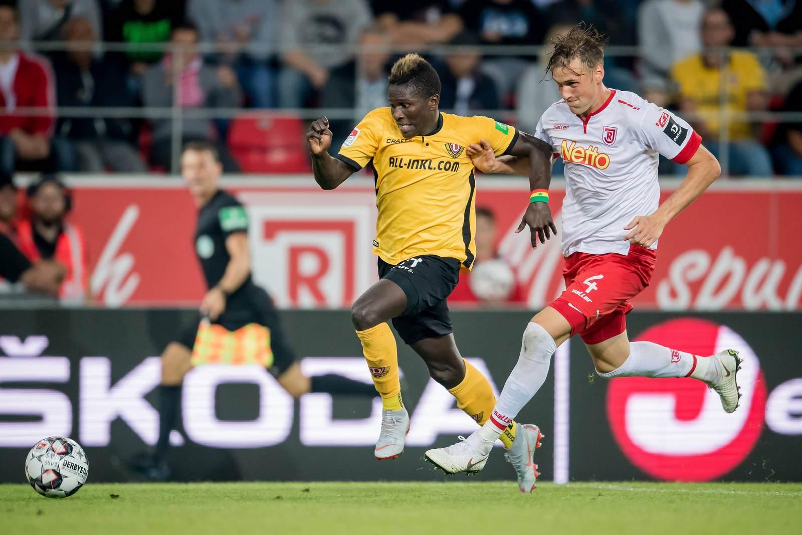 Moussa Koné im Laufduell mit Asger Sörensen.