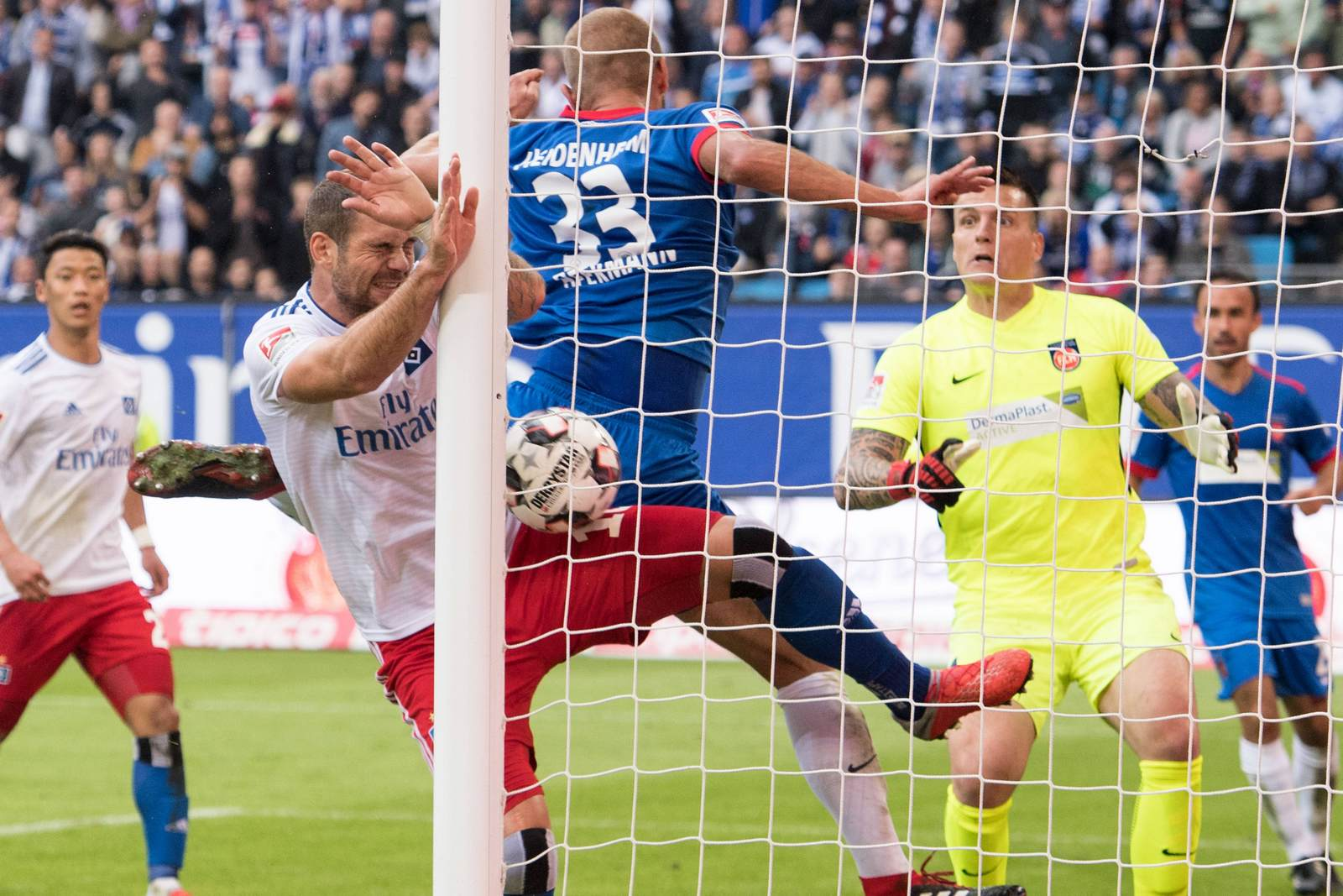 Pierre-Michel Lasogga drückt den Ball gegen Heidenheim über die Linie.