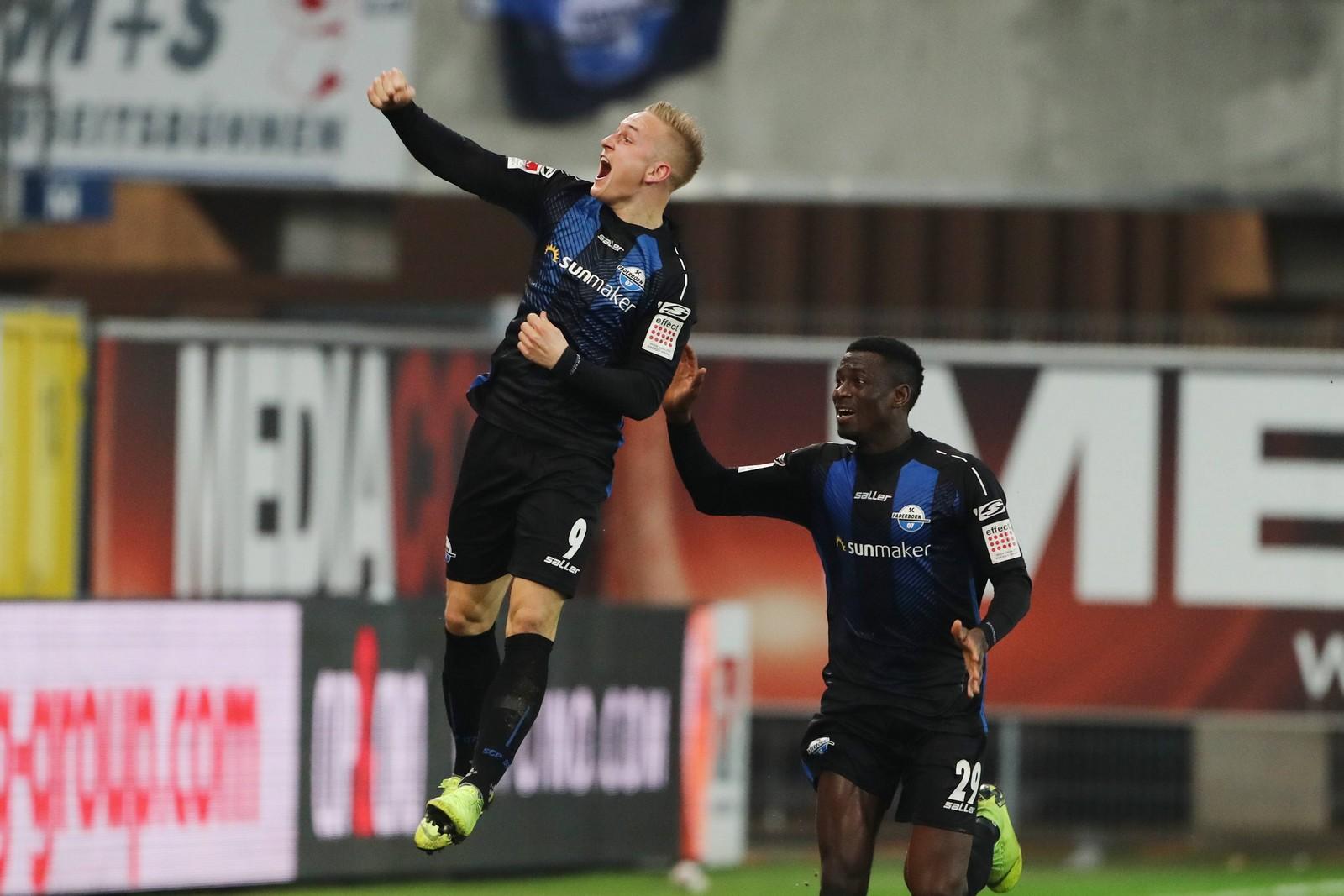 Kai Pröger und Jamilu Collins jubeln für den SC Paderborn