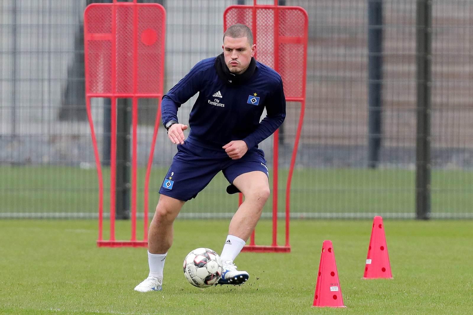 Kyriakos Papadopoulos im Training mit dem Ball am Fuß
