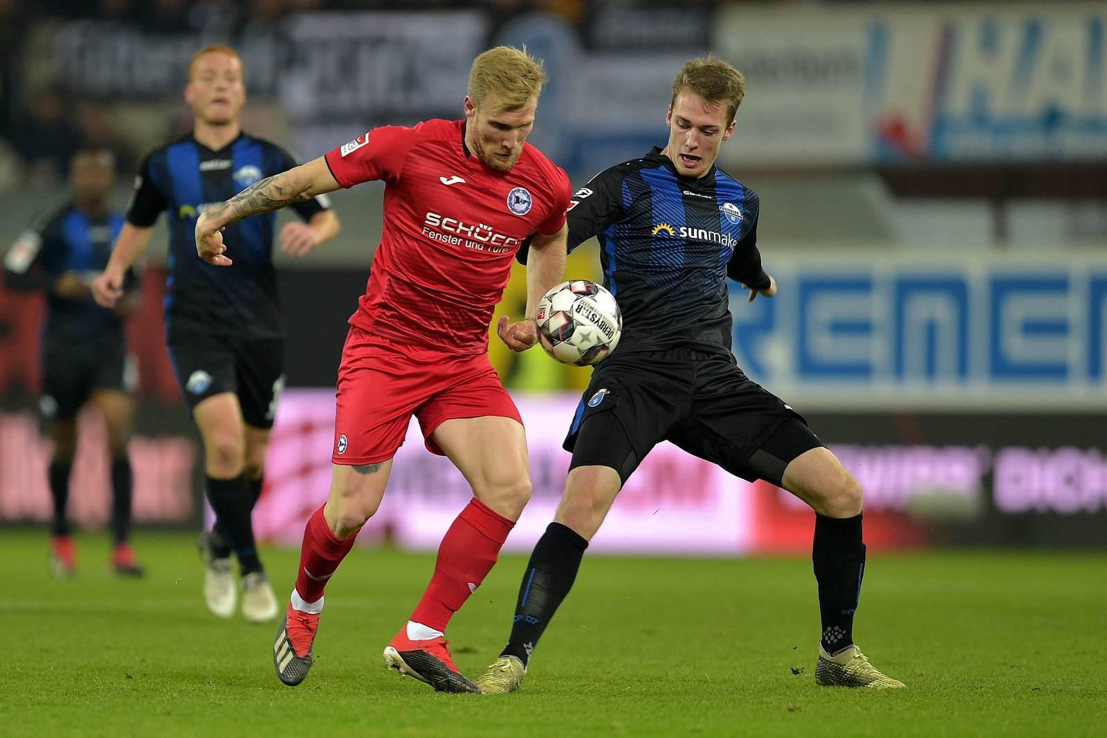Andreas Voglsammer im Zweikampf mit Sebastian Schonlau