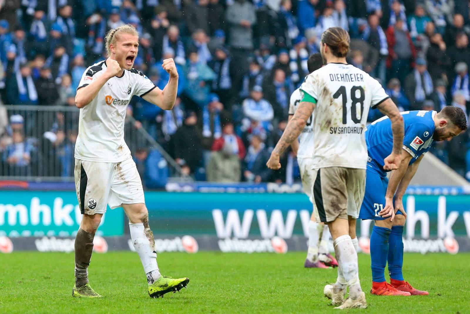 Jesper Verlaat jubelt mit Dennis Diekmeier